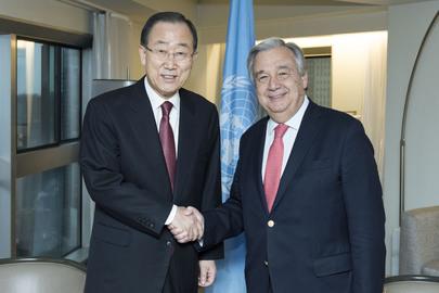 Prejšnji in zdajšnji generalni sekretar OZN, Ban Ki-mun in António Guterres (Vir: UN Photo/Mark Garten)