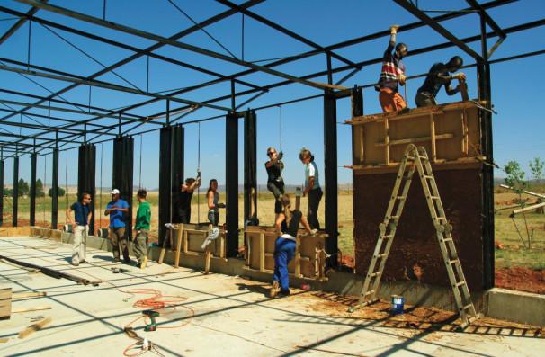 Študentje in mentorji Fakultete za arhitekturo Univerze v Ljubljani pri gradnji šole v Južni Afriki 2010–11 (Vir: Fakulteta za arhitekturo Univerze v Ljubljani)