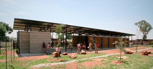 Gradnja šole (knjižnica z učilnico) v Južni Afriki 2010–11 (Vir: Fakulteta za arhitekturo Univerze v Ljubljani)