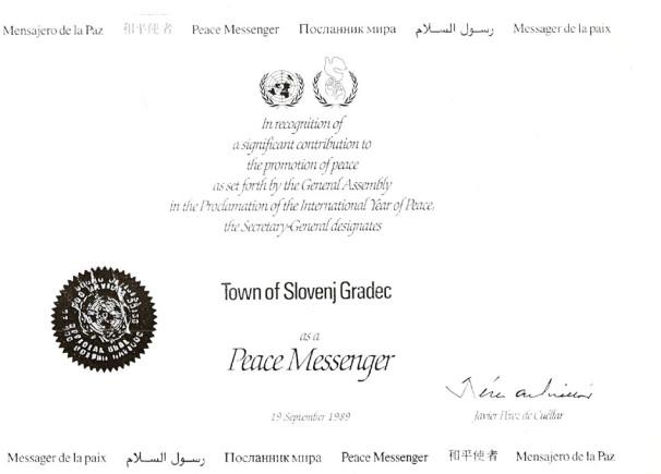 Listino o imenovanju Slovenj Gradca za mesto Glasnik miru je 19. septembra 1989 podpisal generalni sekretar OZN Pérez de Cuéllar. Na ta dan Slovenj Gradec praznuje svoj občinski praznik (Vir: Občina Slovenj Gradec)