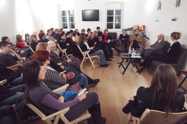 Pisatelj Boris Pahor v pogovoru z mladimi v Trubarjevi hiši literature (Vir: Miha Fras)