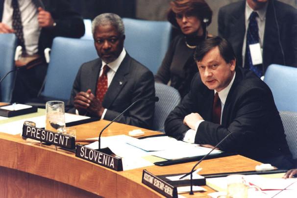 Predsedujoči Varnostnega sveta, tedanji slovenski stalni predstavnik pri OZN dr. Danilo Türk, in tedanji generalni sekretar OZN Kofi Annan na zasedanju Varnostnega sveta v New Yorku, 5. novembra 1999 (Vir: Arhiv MZZ)