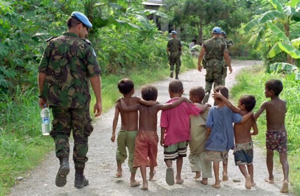 Pripadniki mirovnih operacij OZN na Haitiju pomagajo otrokom (Vir: UN Photo/Eskinder Debebe)
