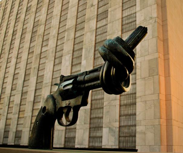 Simbol nenasilja, ki ga je Luksemburg podaril OZN (Vir: UN Photo)