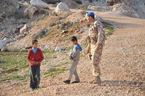 Slovenski vojaki pomagajo otrokom v mirovni operaciji OZN v Libanonu. (Vir: Ministrstvo za obrambo)