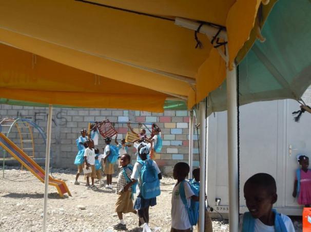 Učenci šole na Haitiju, poimenovane po Sloveniji (École Communale de la République de Slovénie) (Vir: Ministrstvo za zunanje zadeve)